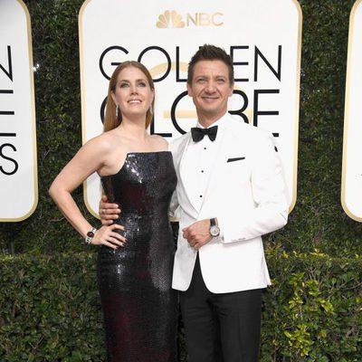 Amy Adams y Jeremy Renner en la alfombra roja de los Globos de Oro 2017