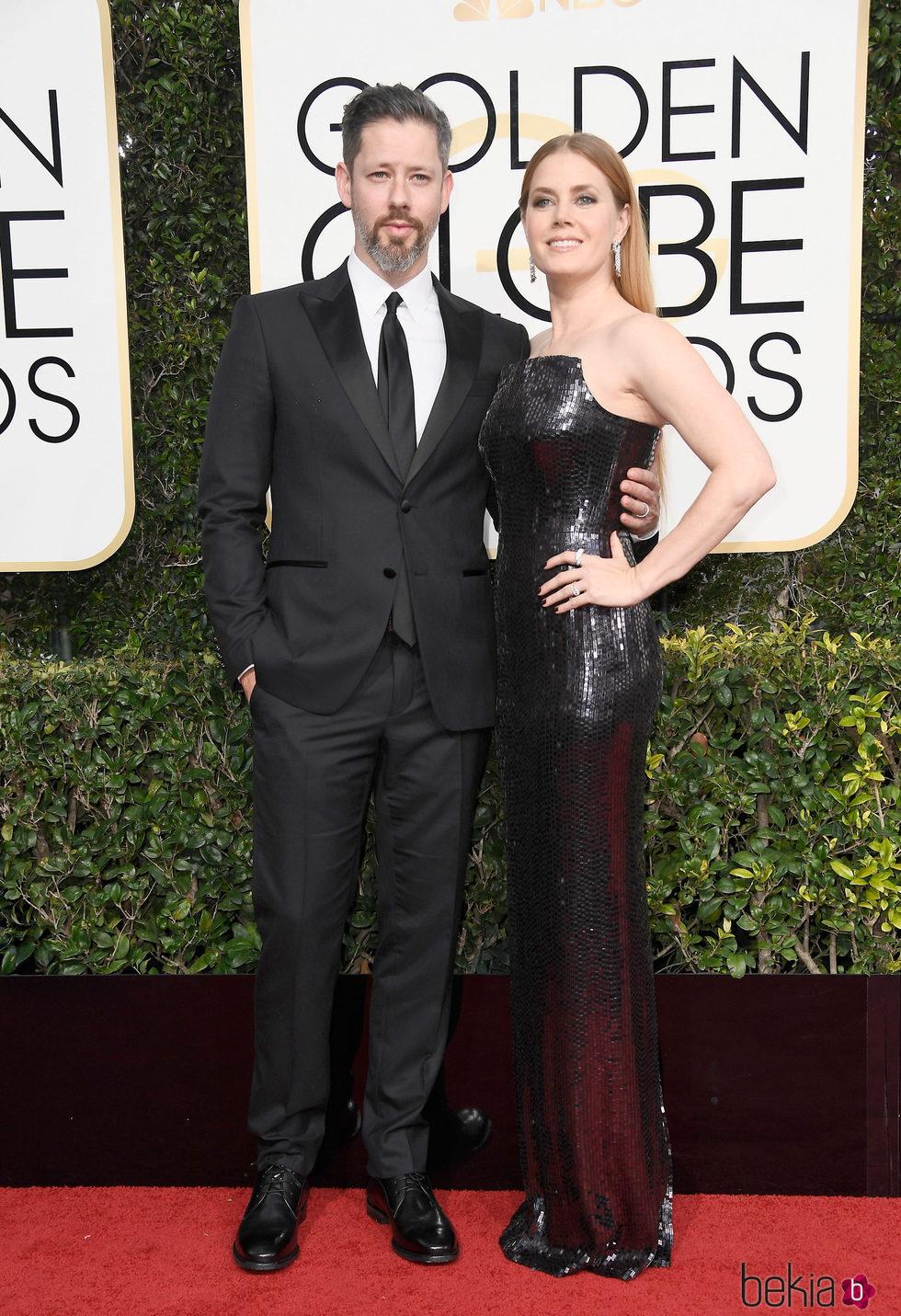 Darren Le Gallo y Amy Adams en la alfombra roja de los Globos de Oro 2017