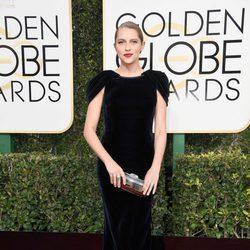 Teresa Palmer en la alfombra roja de los Globos de Oro 2017