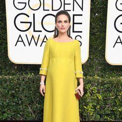 Natalie Portman luce embarazo en la alfombra roja de los Globos de Oro 2017