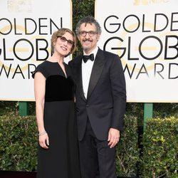 John Turturro y Katherine Borowitz en la alfombra roja de los Globos de Oro 2017