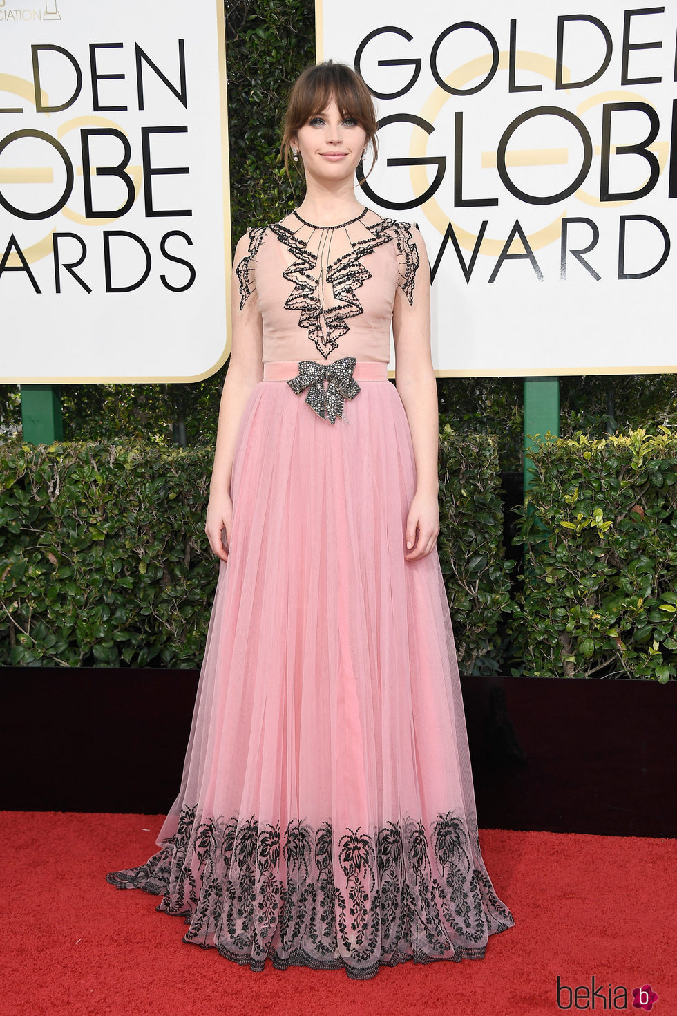 Felicity Jones en la alfombra roja de los Globos de Oro 2017