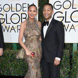 Chrissy Teigen y John Legend en la alfombra roja de los Globos de Oro 2017