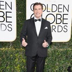 John Travolta en la alfombra roja de los Globos de Oro 2017