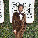 Donald Glover en la alfombra roja de los Globos de Oro 2017