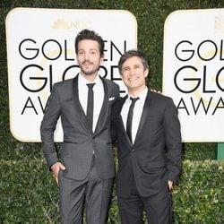 Diego Luna y Gael García Bernal en la alfombra roja de los Globos de Oro 2017
