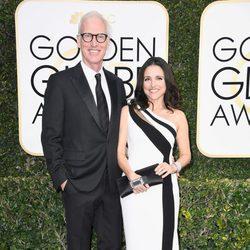 Julia Louis Dreyfus y Brad Hall en la alfombra roja de los Globos de Oro 2017