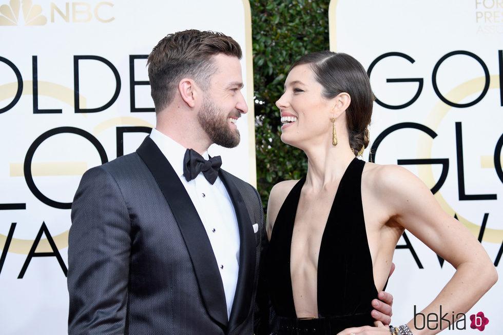 Justin Timberlake y Jessica Biel se dedican una tierna mirada en la alfombra roja de los Globos de Oro 2017