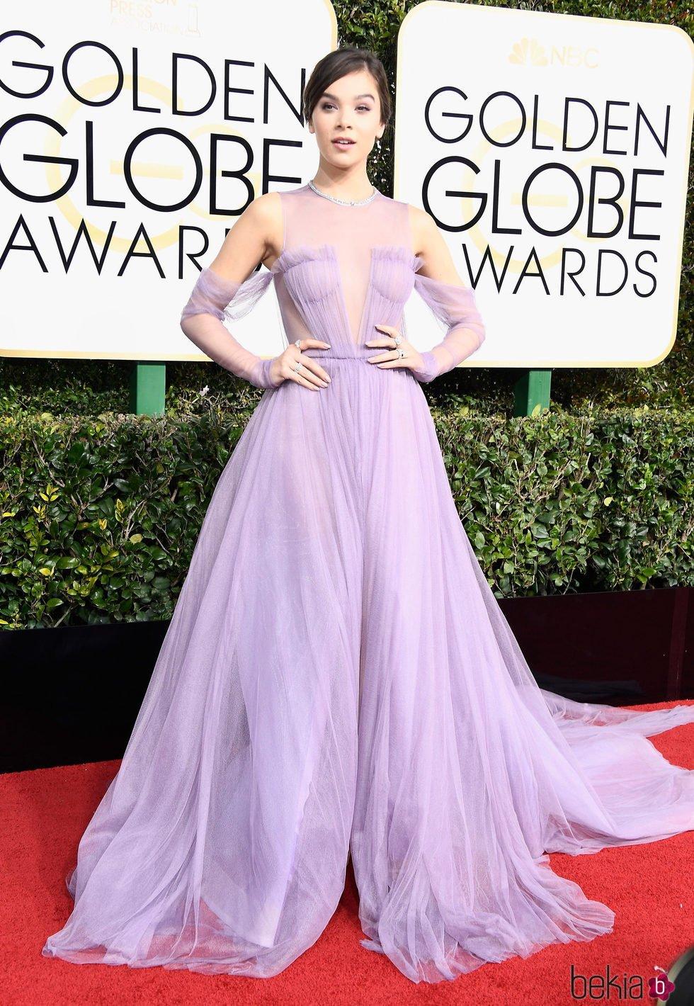 Hailee Steinfeld en la alfombra roja de los Globos de Oro 2017