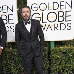 Casey Affleck en la alfombra roja de los Globos de Oro 2017