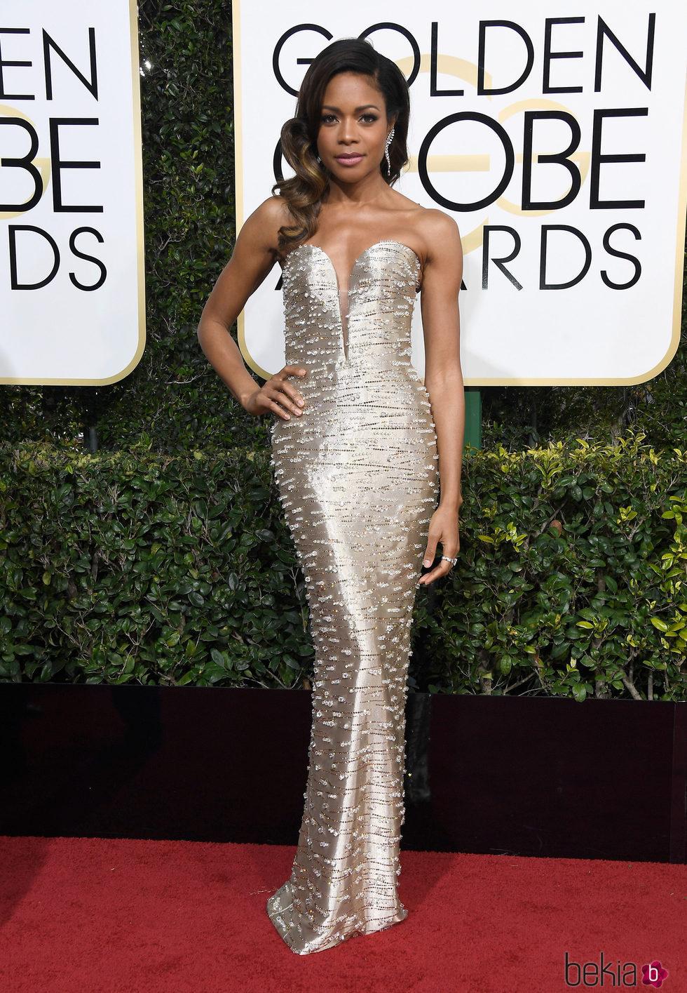 Naomie Harris en la alfombra roja de los Globos de Oro 2017