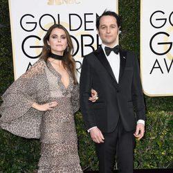 Keri  Russell y Matthew Rhys en la alfombra roja de los Globos de Oro 2017