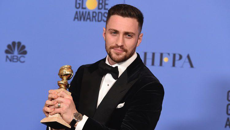 Aaron Taylor-Johnson con su Globo de Oro 2017