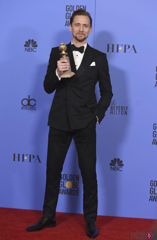 Tom Hiddleston con su Globo de Oro 2017