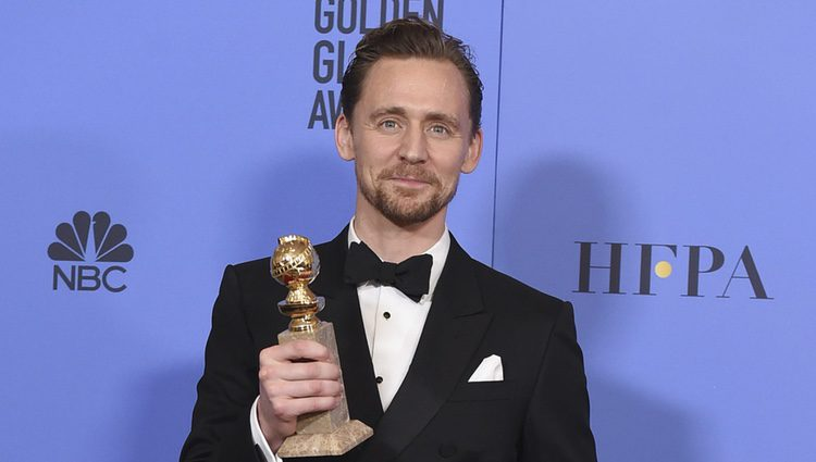 Tom Hiddleston con su Globo de Oro 2017