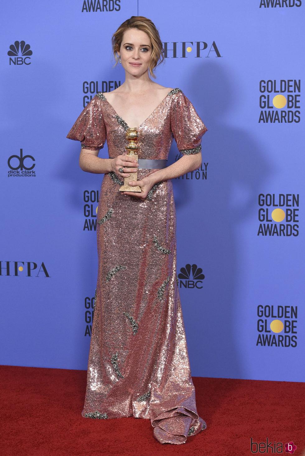 Claire Foy con su Globo de Oro 2017