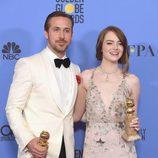 Ryan Gosling y Emma Stone con sus Globos de Oro 2017