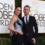 Gal Gadot y Yaron Versano en la alfombra roja de los Globos de Oro 2017