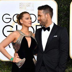 Blake Lively y Ryan Reynolds muy cómplices en la alfombra roja de los Globos de Oro 2017