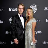 Kaley Cuoco y Karl Cook en la fiesta de Warner Bros tras los Globos de Oro 2017
