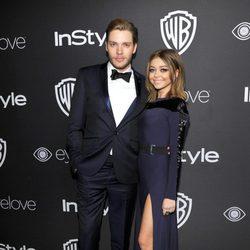 Sarah Hyland y Dominic Sherwood en la fiesta de Warner Bros tras los Globos de Oro 2017