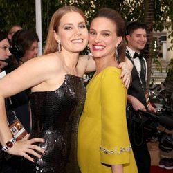 Amy Adams y Natalie Portman en la alfombra roja de los Globos de Oro 2017