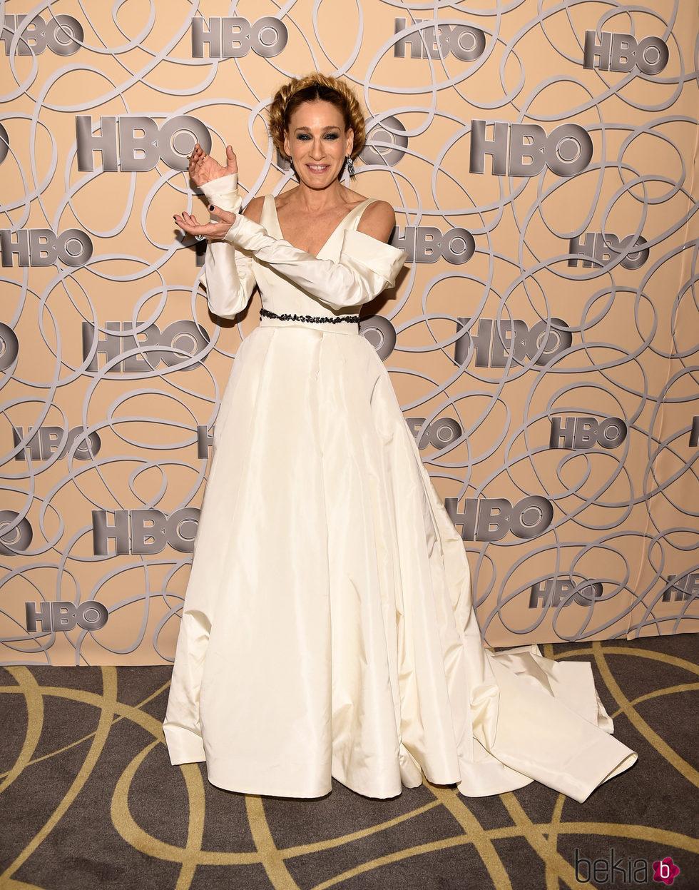 Sarah Jessica Parker 'posando' con su premio en la fiesta de HBO tras los Globos de Oro 2017