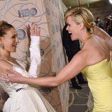 Reese Witherspoon y Sarah Jessica Parker saludándose efusivamente en la fiesta de HBO tras los Globos de Oro 2017