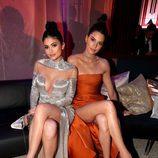 Kylie y Kendall Jenner sentadas descansando en la fiesta de NBC tras los Globos de Oro 2017