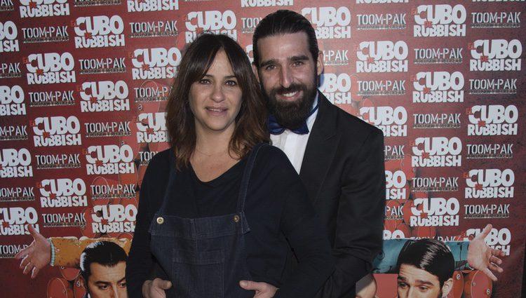 Melani Olivares con su marido Gorka González en el estreno de 'El cubo de Rubbish'