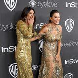 Priyanka Chopra y Sofía Vergara riéndose en la fiesta de Warner Bros tras los Globos de Oro 2017