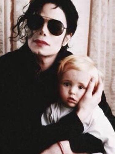 Prince Jackson con su padre Michael Jackson cuando era un bebé