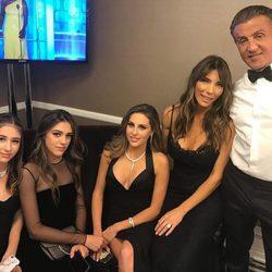 Sylvester Stallone junto a su mujer y sus hijas en el backstage de los Globos de Oro 2017