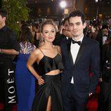 Damien Chazelle y su novia Olivia Hamilton en los Globos de Oro 2017