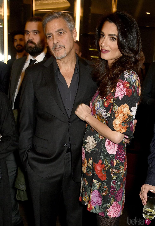 George Clooney y Amal Alamuddin en un acto público tras los rumores de embarazo
