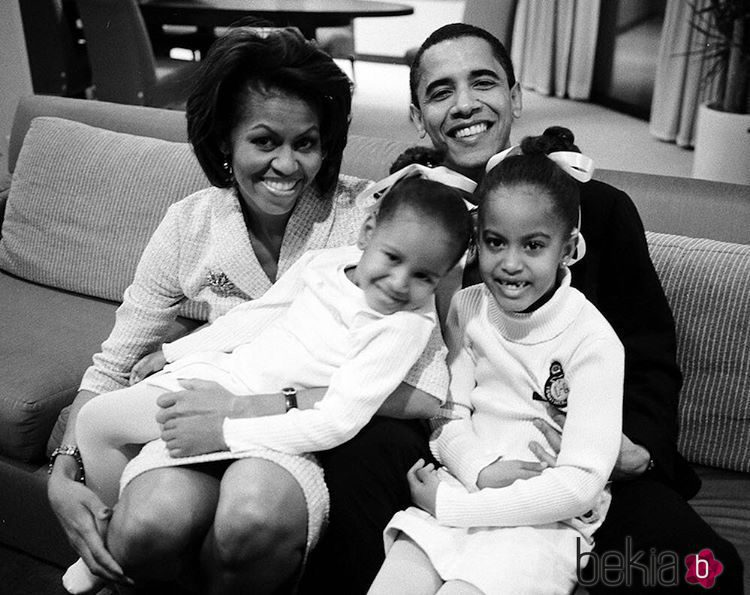 Michelle Obama junto a su marido y sus dos niñas pequeñas