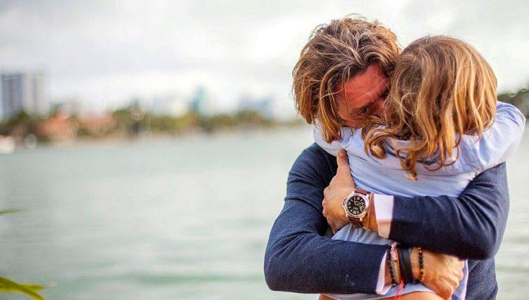 Colate Vallejo-Nágera abraza a su hijo Andrea Nicolás