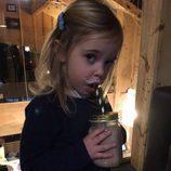 Leonor de Suecia bebiendo un batido durante sus vacaciones de invierno en Suiza