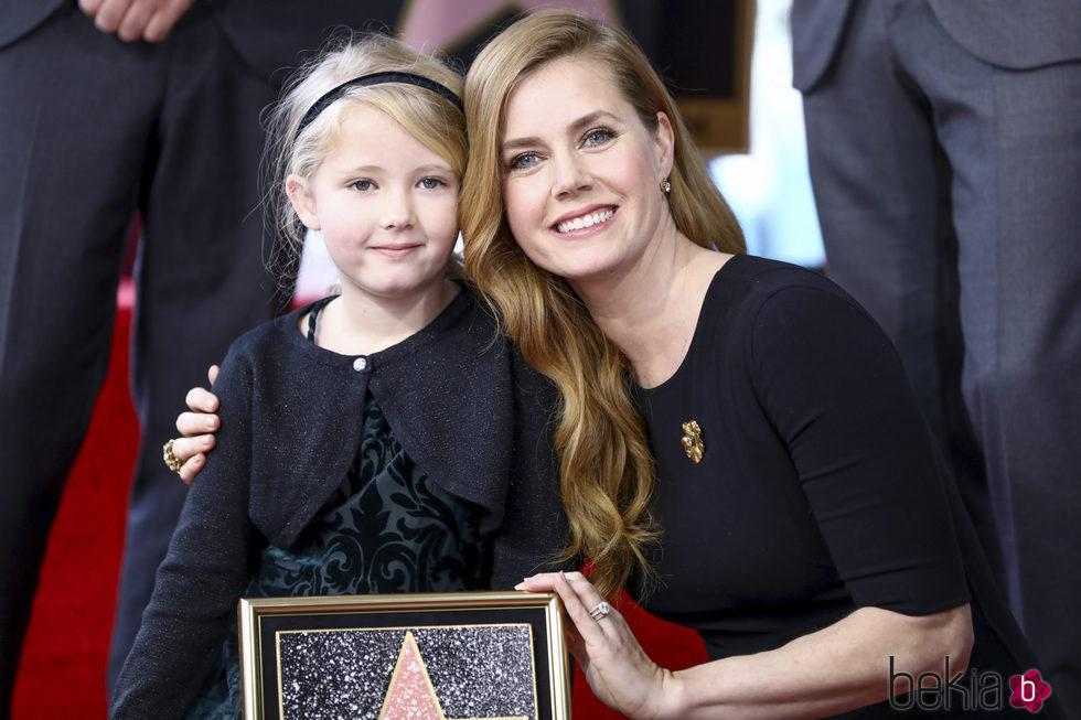 Amy Adams con su hija recibiendo su estrella en el Paseo de la Fama