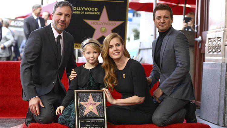 Amy Adams acompañada de su hija, el director Denis Villeneuve y el actor Jeremy Renner en el Paseo de la Fama
