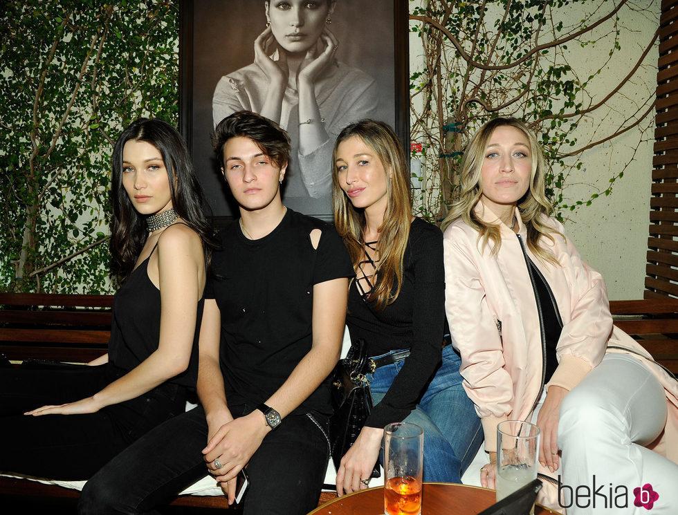 Bella, Anwar, Marielle y Alana Hadid en una fiesta