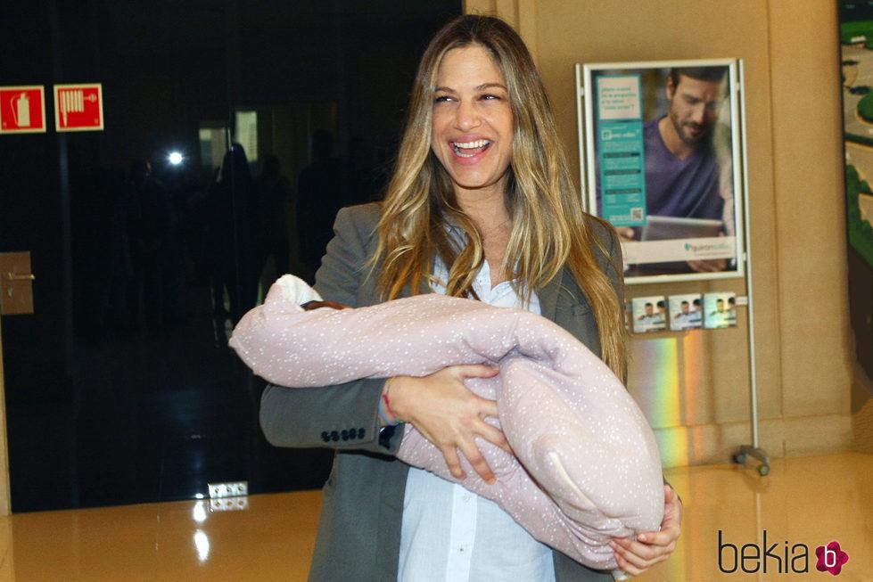 Martina Klein saliendo del hospital con su hijo recién nacida en brazos
