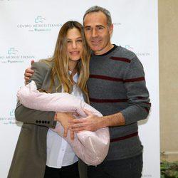 Martina Klein y Alex Corretja presentando a su hija Erika tres días después de su nacimiento