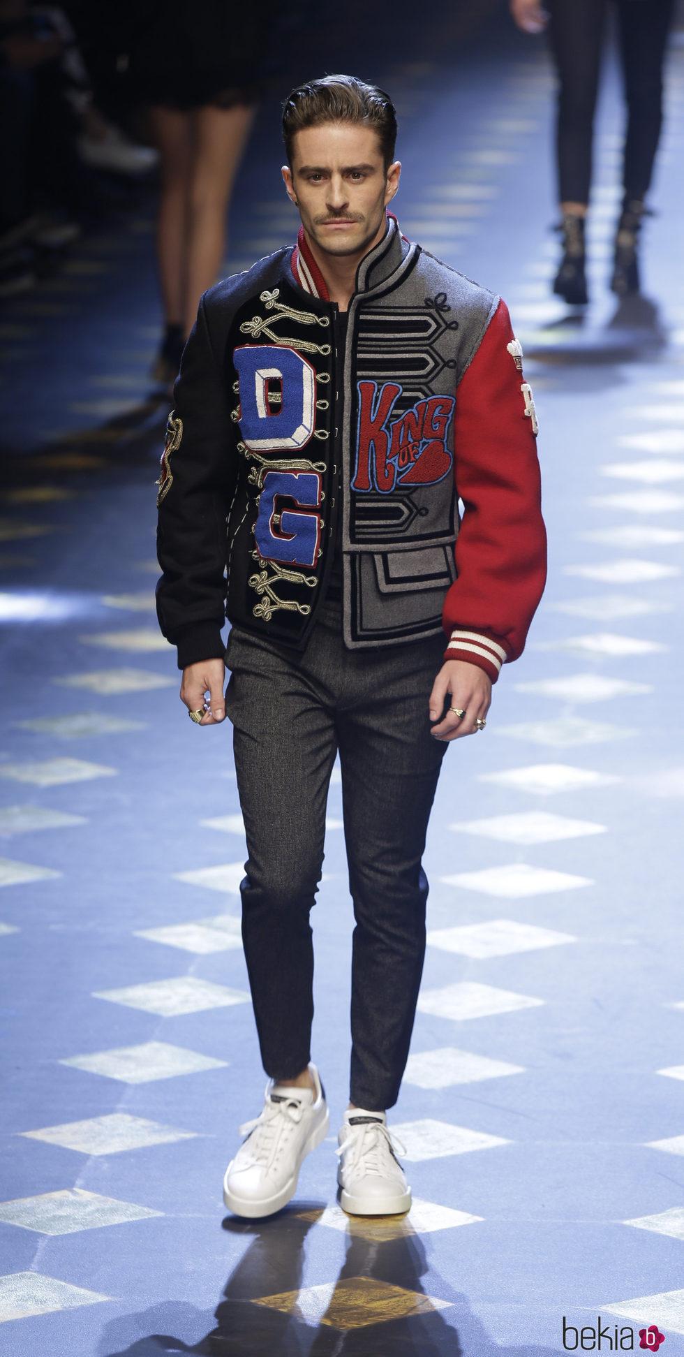 Pelayo Díaz desfilando para Dolce&Gabbana en la Semana de la Moda de Milán otoño/invierno 2017/2018