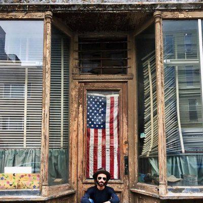 Leiva frente a una tienda de Brooklyn durante sus vacaciones en Nueva York