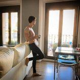 Escaleto con el torso desnudo en su casa