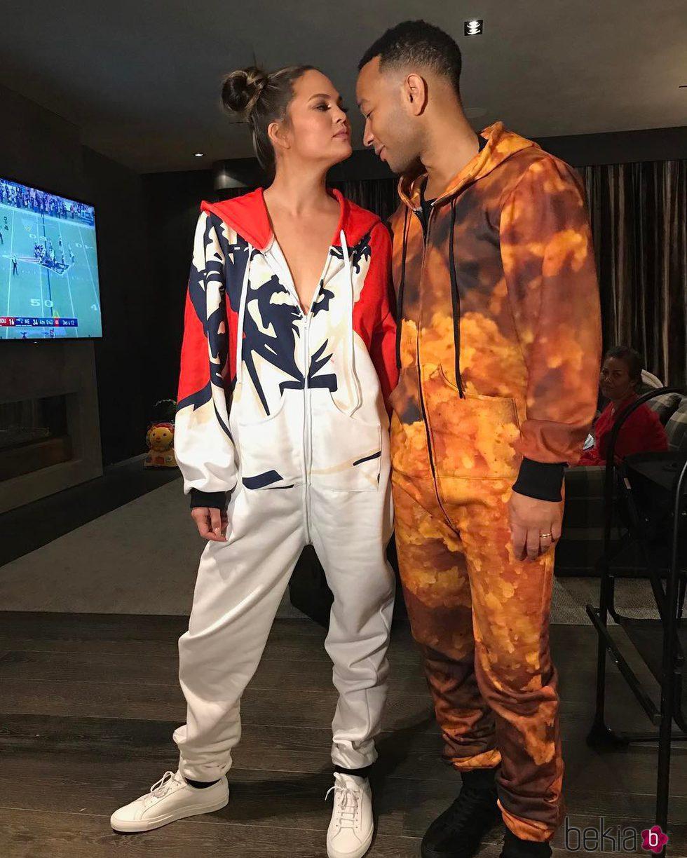 John Legend y su mujer Chrissy Teigen en una fiesta de pijamas
