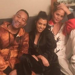 John Legend, Kourtney Kardashian y Chrissy Teigen en una fiesta de pijamas