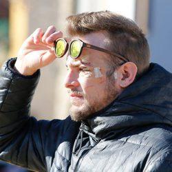 Álex Casademunt paseando por primera vez tras su agresión en Vigo