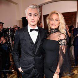 Pamela Anderson con su hijo Brandon Lee en una gala solidaria